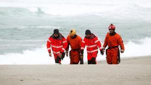 Miembros del equipo de emergencias que busca a la joven desaparecida el viernes en una playa de Orzán, en A Coruña.
