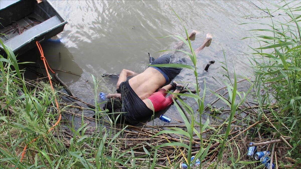 Los cuerpos sin vida del padre y su hija en el ríoBravo.