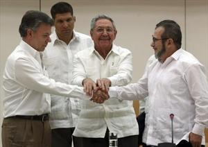 Acuerdo en La Habana 8 Castro, en el centro, junto a Santos (izquierda) y 'Timochenko', el miércoles.