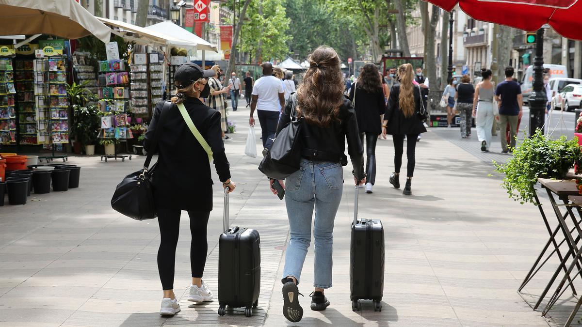 Dos turistas arrastran sus maletas por la Rambla el pasado 31 de mayo, una escena casi inédita durante la pandemia.