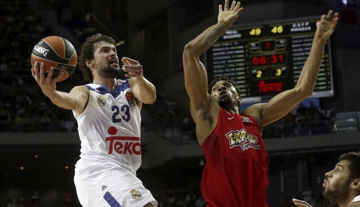 Sergio Llull (Real Madrid) entra a canasta ante la defensa del Khem Birch (Olympiacos).