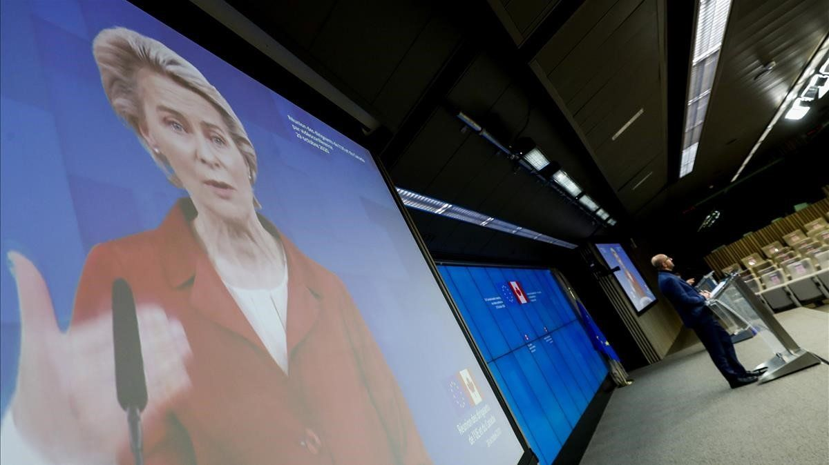 La presidenta de la Comisión Europea,Ursula von der Leyen, en la pantalla, y el presidente del Consejo Europeo, Charles Michelmeste jueves en la rueda de prensatras la cumbre UE-Canadá.