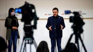 BARCELONA  10 04 2021 - El candidato de ERC a la presidencia de la Generalitat  Pere Aragones (c)  atiende a los medios en presencia de la portavoz parlamentaria del partido  Marta Vilalta  tras reunirse con el equipo que negocia el pacto por la investidura  este sabado en la sede del partido en Barcelona  EFE Toni Albir