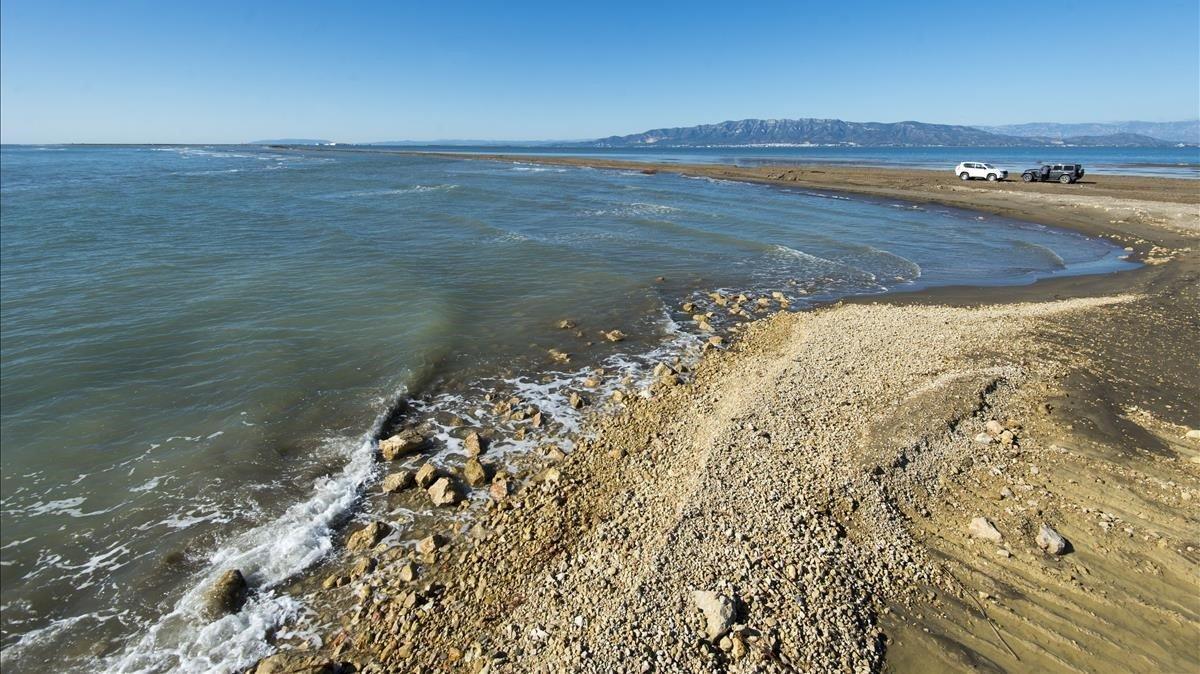 En algunos puntos, la playa de El Trabucador, que antes ocupaba casi un kilómetro de extensión, ha quedado reducida a apenas cinco metros