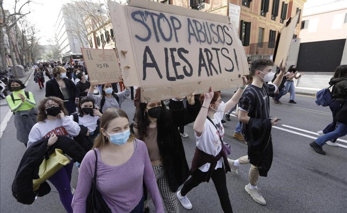 Manifestación de estudiantes del Institut del Teatre en la calle Lleida, rumbo a la Diputación.