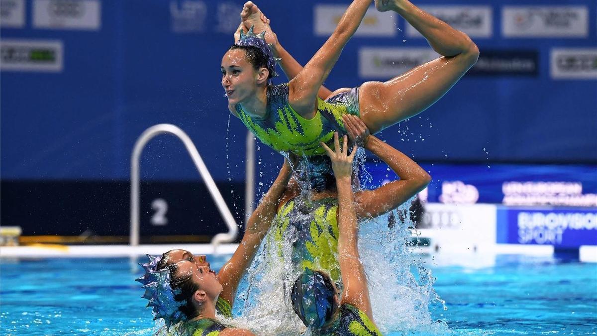 Berta Ferreras, alzada por sus compañeras en el ejercicio libre