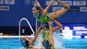 Berta Ferreras, alzada por sus compañeras durante la final.
