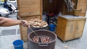 Un puesto callejero de castañas en Barcelona, en una imagen de archivo.