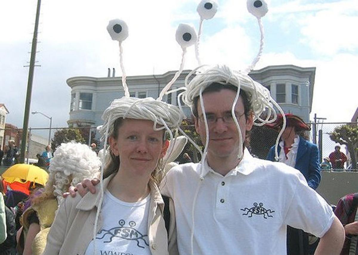 Miembros de la iglesia del Monstruo del Espagueti Volador, en un desfile.