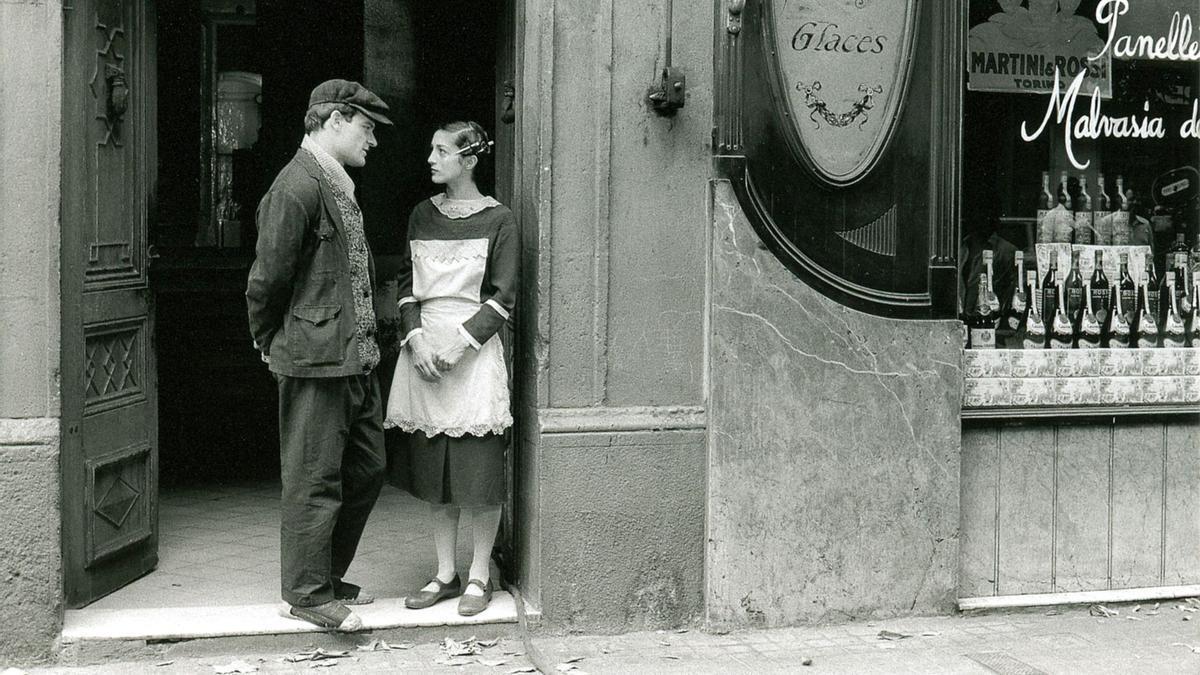 Homar y Munt, ella aún como dependienta de la pastelería, en una escena que fue rodada en la calle de Consell de Cent a falta de una localización mejor en Gràcia.