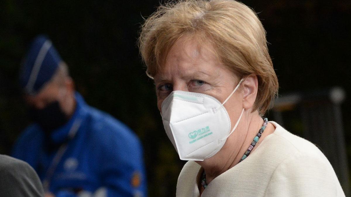La UE sigue buscando un acuerdo para la recuperación y reanudará la cumbre este lunes. En la foto, Angela Merkel abandona la reunión, el domingo por la noche.