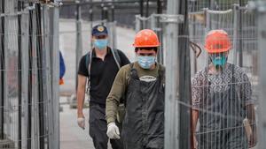 Trabajadores de la construcción se reincorporan a sus puestos tras seis semanas de vacaciones retribuidas, este martes en Moscú.