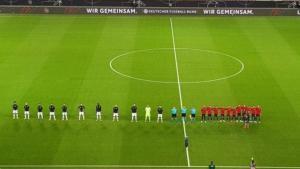 Los jugadores de Alemania mantuvieron la distancia social, y los españoles, no, mientras sonó el himno antes del amistoso de anoche.