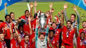 Neuer, capitán del Bayern, levanta en Lisboa el trofeo de campeones de la Champions.