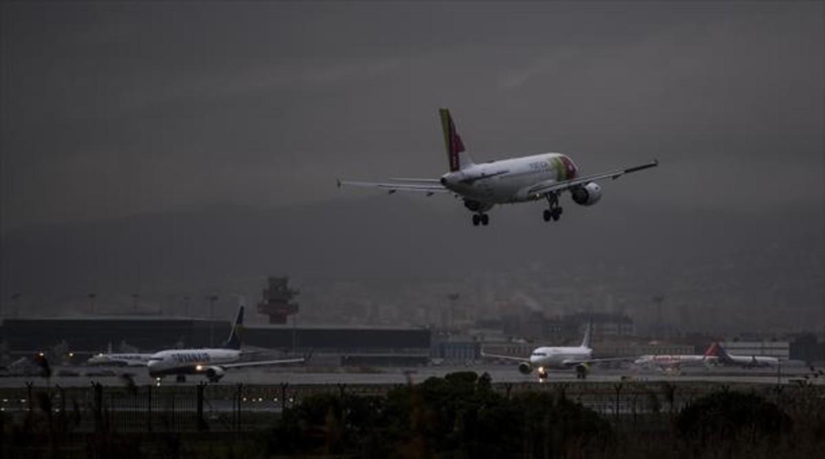 Un avión de pasajeros aterriza en la terminal 1 del aeropuerto de Barcelona-El Prat.