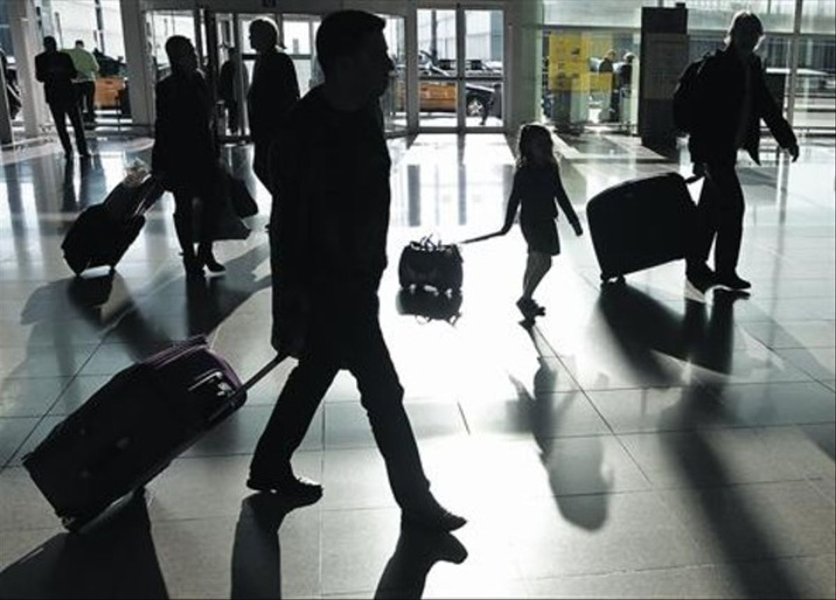 Pasajeros en el aeropuerto de El Prat, una de las instalaciones que forman parte de Aena.