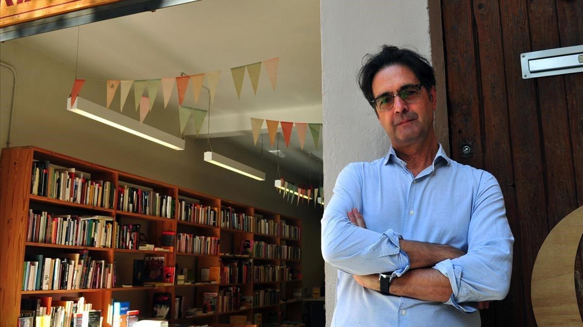 El escritor Vicenç Pagès, en la librería Calders de Barcelona, donde presentó 'Exorcismes'.
