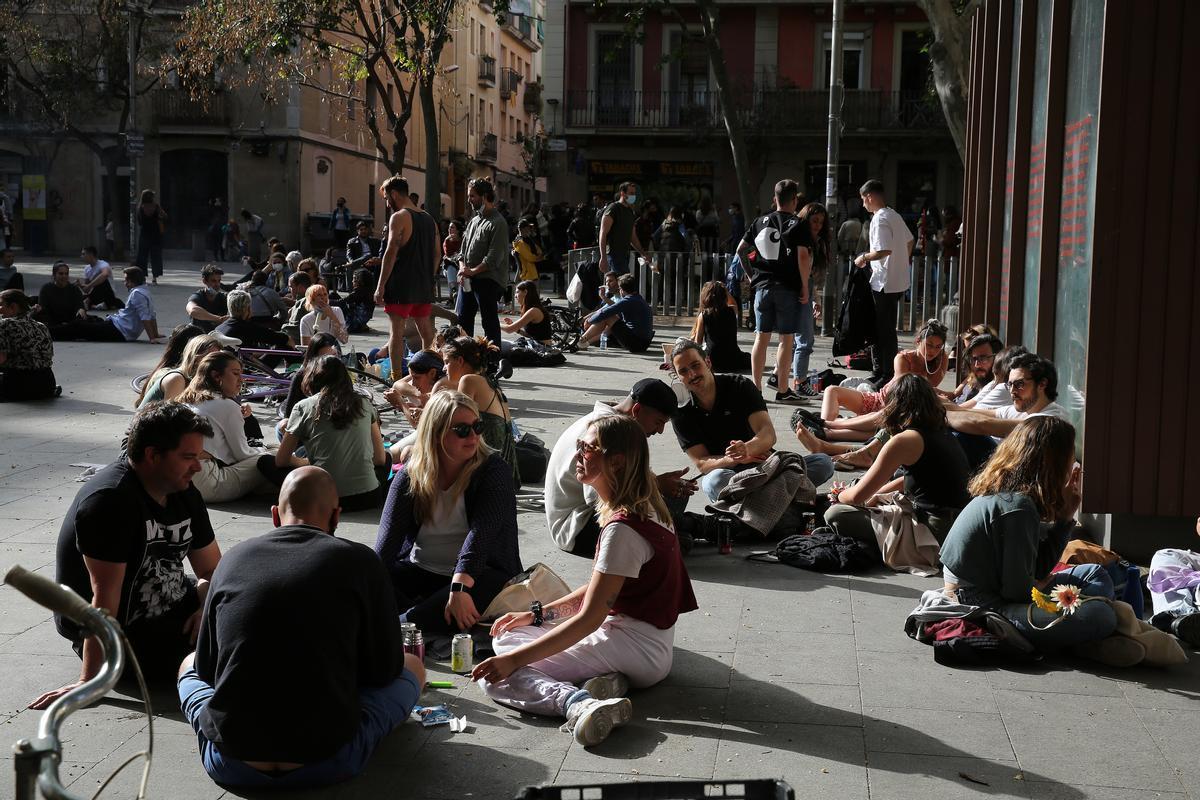 Jóvenes bebiendo en la plaza del Diamant de Barcelona, el pasado 25 de abril.