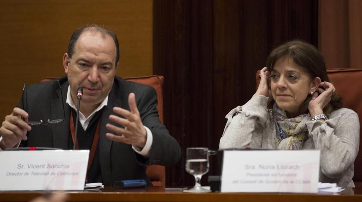 Eldirector de TV-3, Vicent Sanchis, y la presidenta en funcionesde la Corporació Catalana de Mitjans Audiovisuals, Núria Llorach.