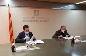 El secretario general de Salut, Marc Ramentol, y el presidente en funciones de Pimec, Josep González, firman el convenio.