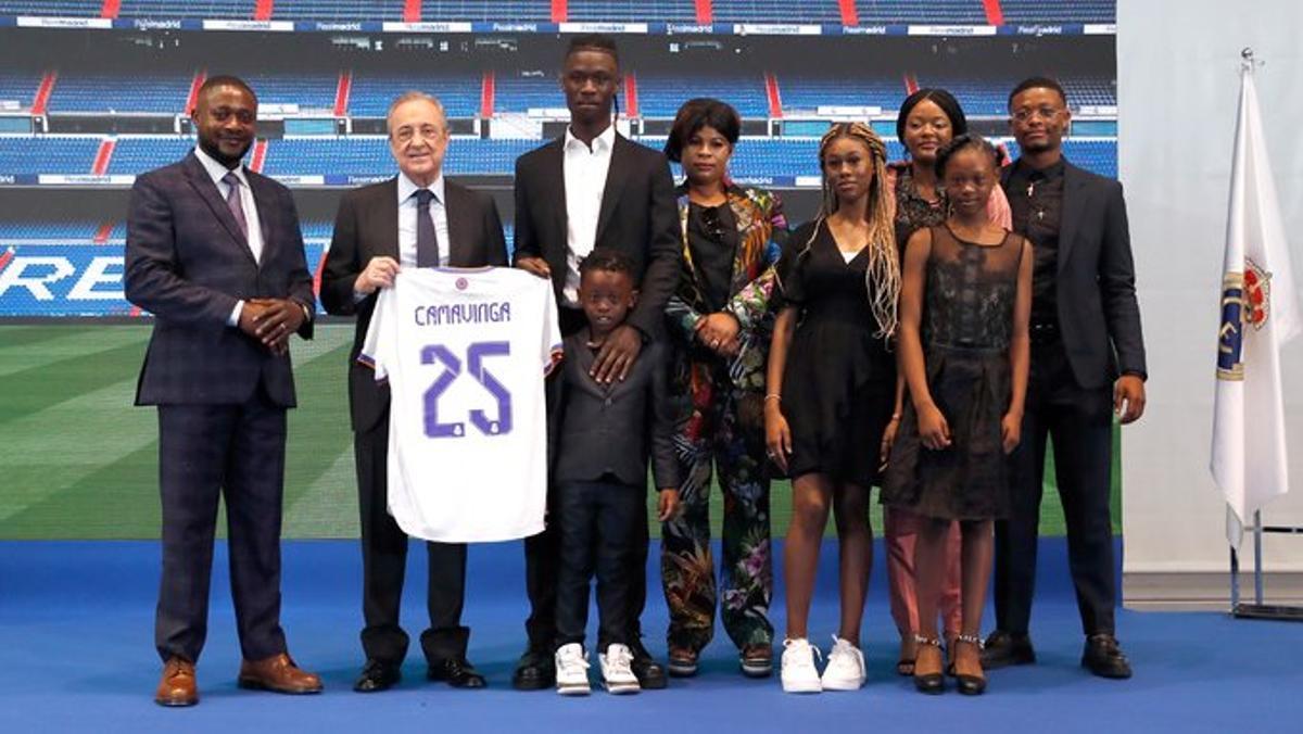 Camavinga, junto a Florentino y su familia, este miércoles en su presentación.