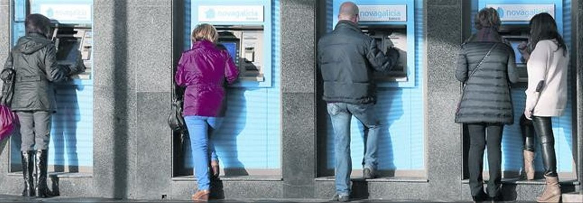 Clientes de Novagalicia Banco sacan dinero en los cajeros
