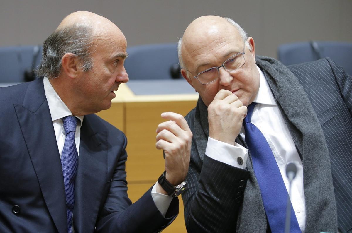 El ministro de Economía Luis de Guindos conversa con el ministro de Finanzas francés Michel Sapin.
