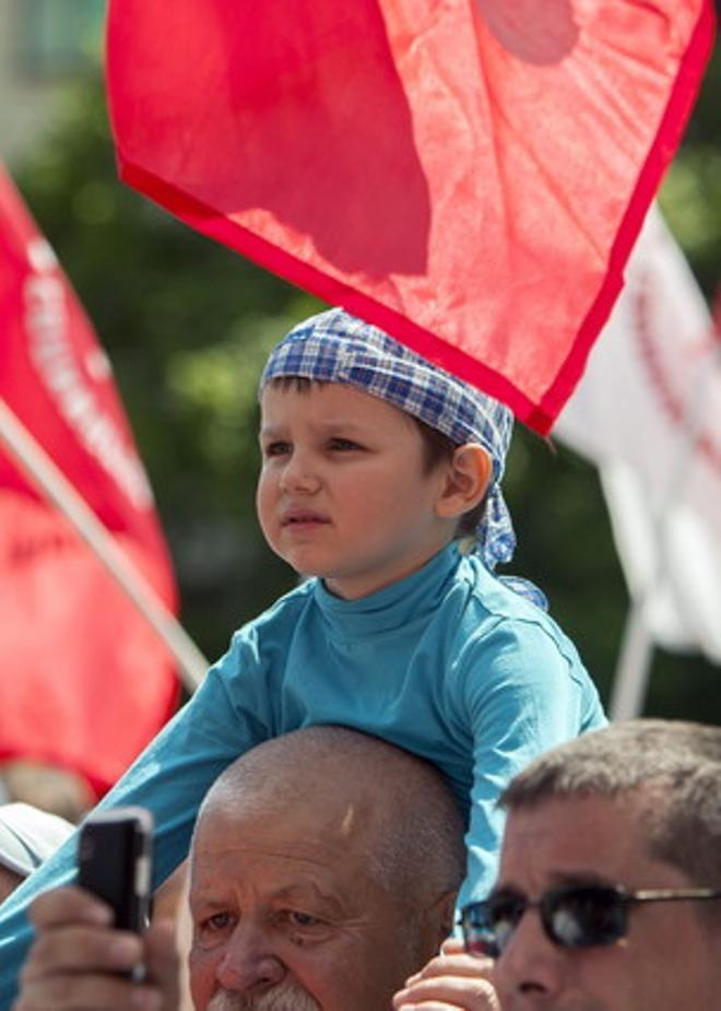 Simpatizantes del Partido Comunista de Moldavia participan en una manifestación del Primero de Mayo.