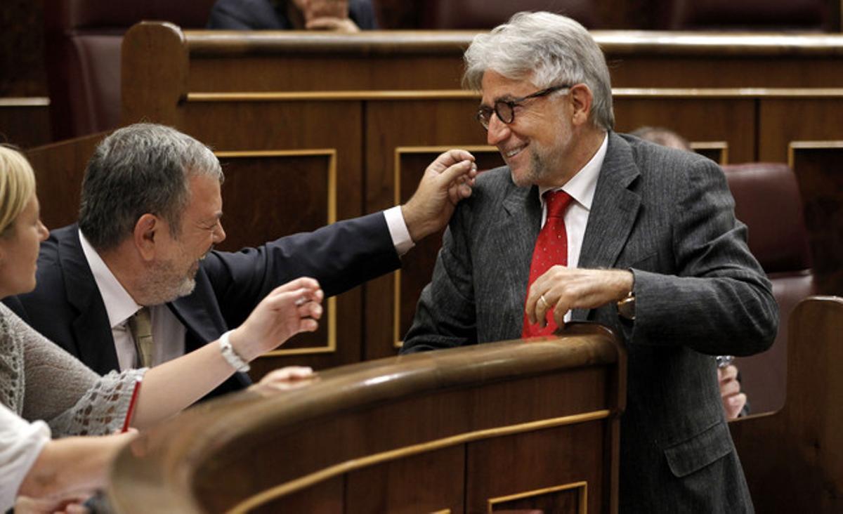 Azpiazu (sentado) bromea con Josep Sánchez Llibre (Unió) en un pleno del Congreso, en septiembre del 2011.