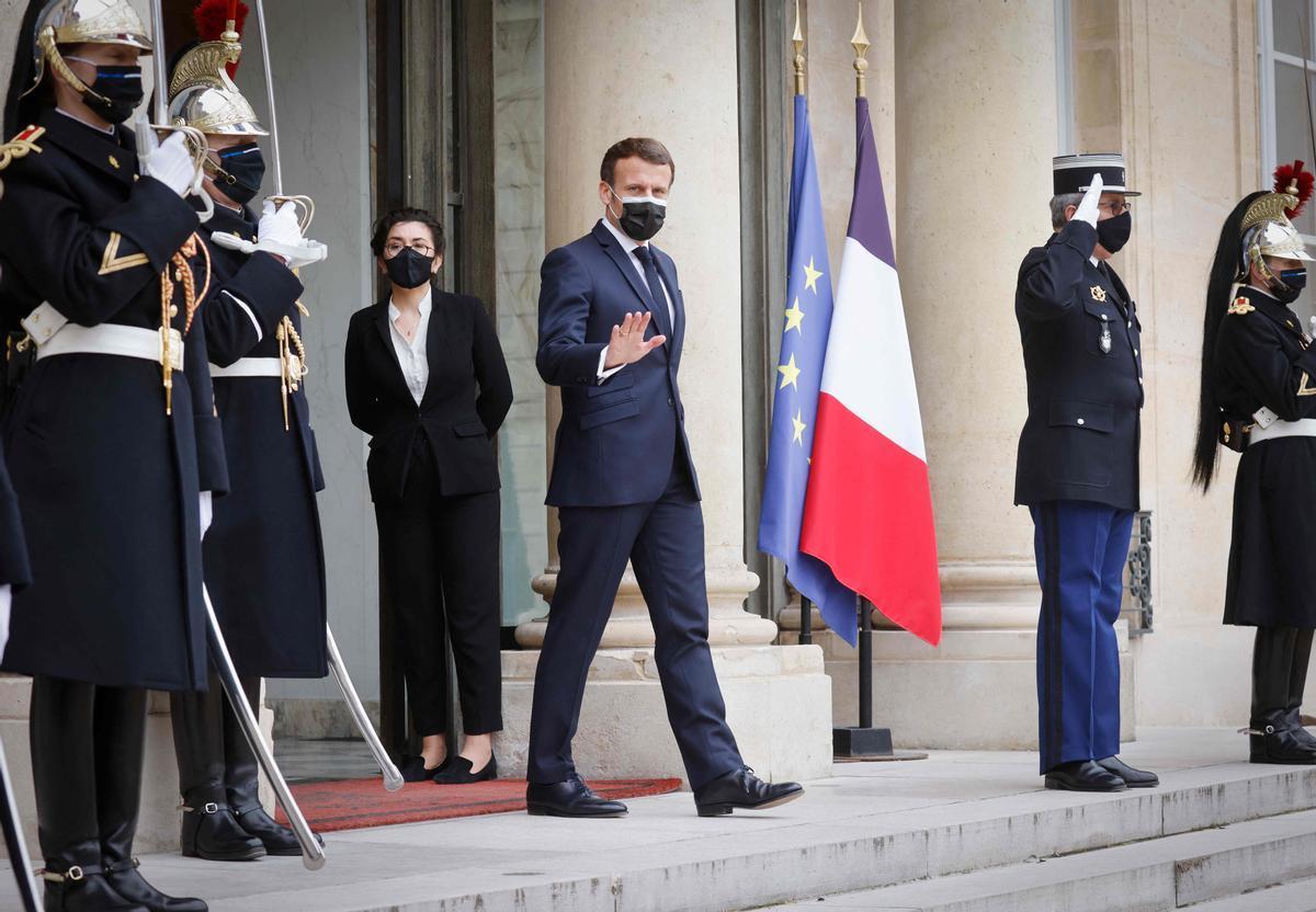 El presidente francés, Emmanuel Macron, este lunes a las puertas del Palacio del Elíseo, en París.
