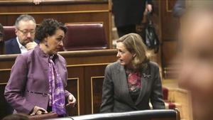 La ministra de Trabajo, Magdalena Valerio, conversa con la titular de Economía, Nadia Calviño, en el Congreso de los Diputados.