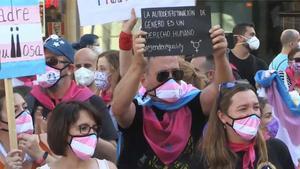 Varios cientos de personas se han concentrado este sábado en la Puerta del Sol de Madrid para instar al Gobierno la tramitación urgente de una Ley Trans Estatal y cuya propuesta ya le ha sido entregada a la ministra de Igualdad, Irene Montero.