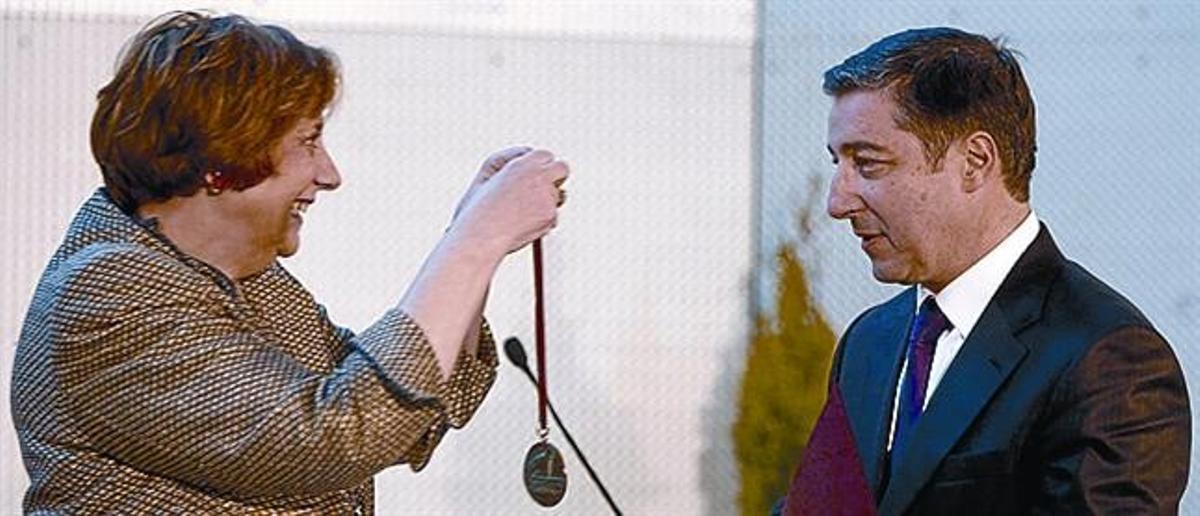 La familia Roca, ayer, al completo: Josep, Jordi, Josep (el padre), Joan, Anna (su mujer), Montserrat (la madre), Encarna (la mujer de Josep) y loshijos de Josep (Martí) y Joan (Marc). Debajo, el cocinero recibe la medalla que le distingue como honoris causa de manos de la rectora, Anna Mª Geli.