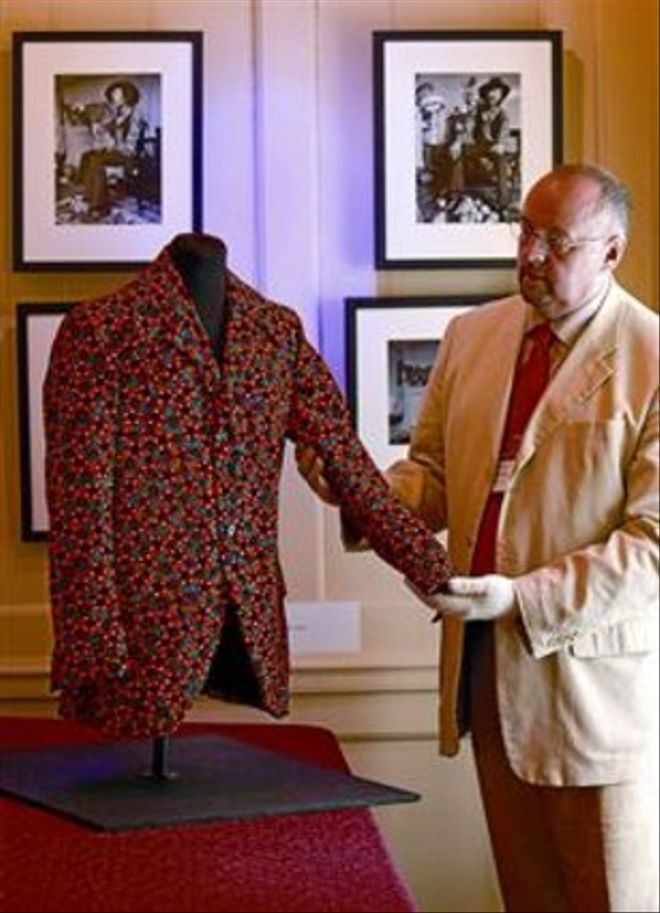 Martin Wyatt muestra la chaqueta de terciopelo naranja.