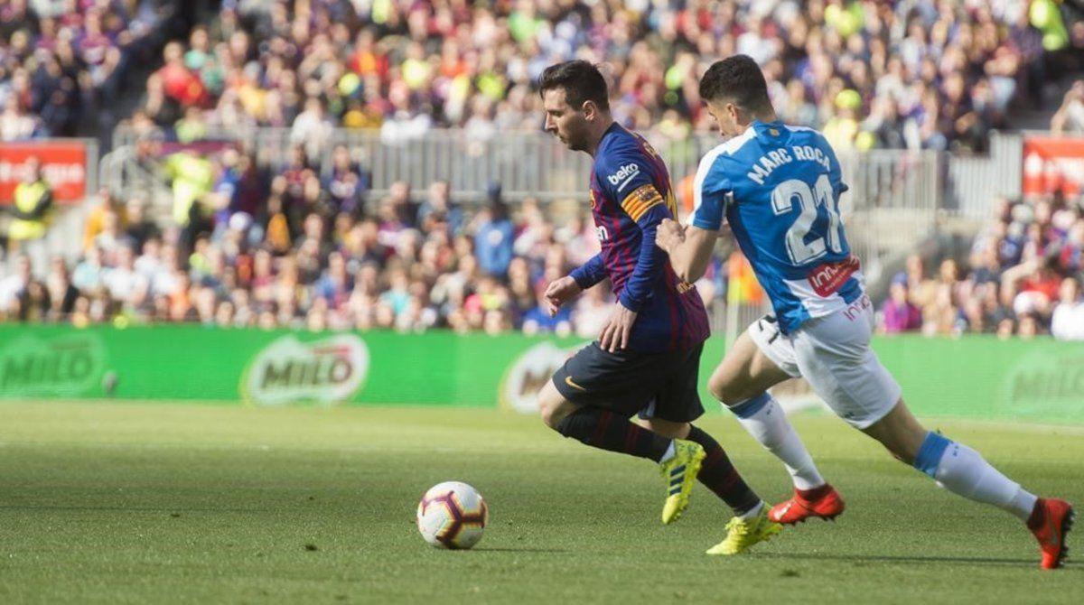 Messi y Marc Roca, en el último derbi liguero.
