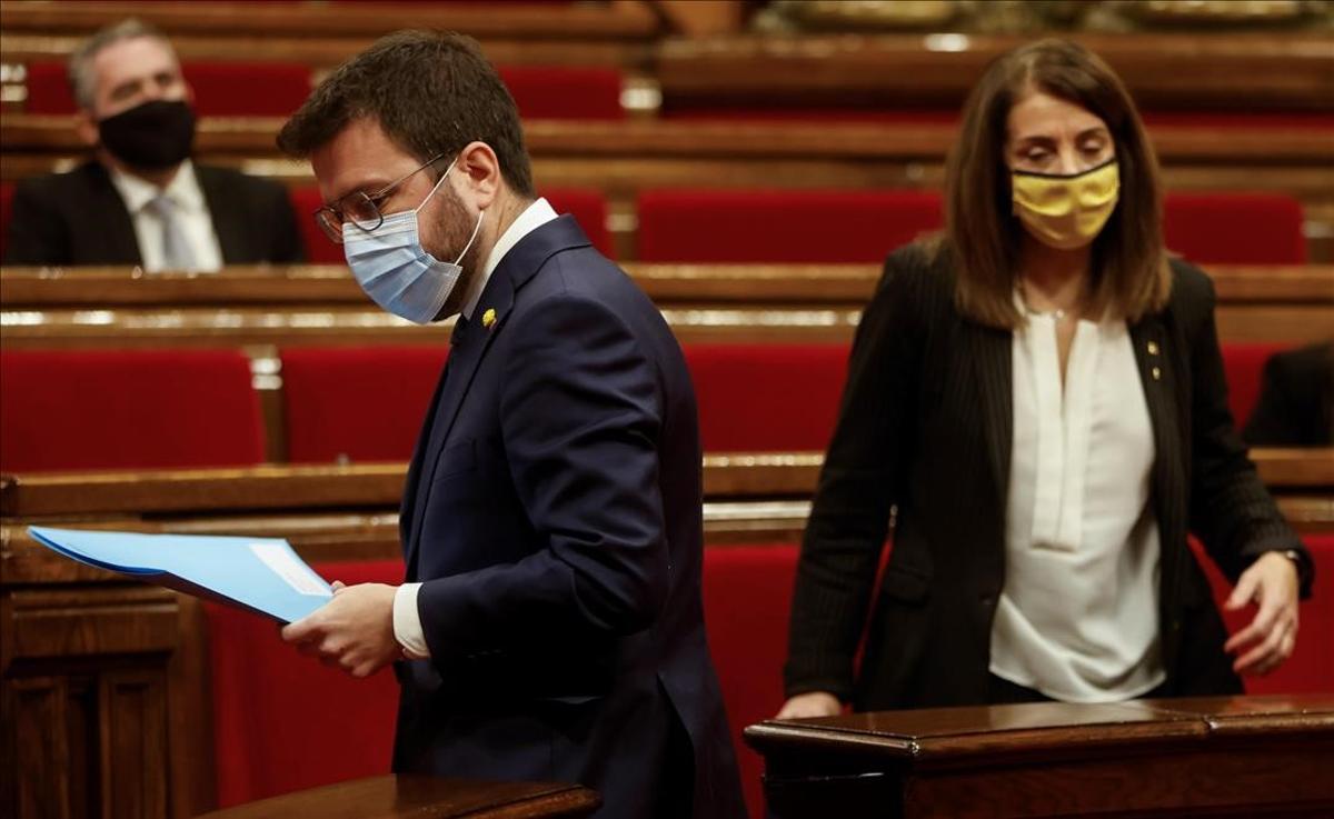 Pere Aragonès y Meritxell Budó, en el Parlament.