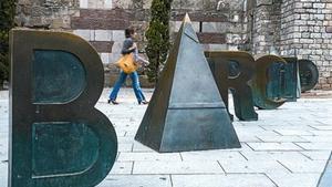 LegadoLas letras de Barcino, en la plaza Nova, y el antifaz dorado que Brossa diseñó para los premios FAD Sebastià Gasch en el suelo de la Rambla, a la altura de Carme.