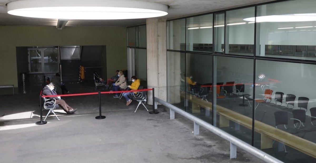La sala de espera de urgencias del Hospital del Mar seconvierteen boxes para poner camasy parte de la sala de espera está ahora en el exterior.
