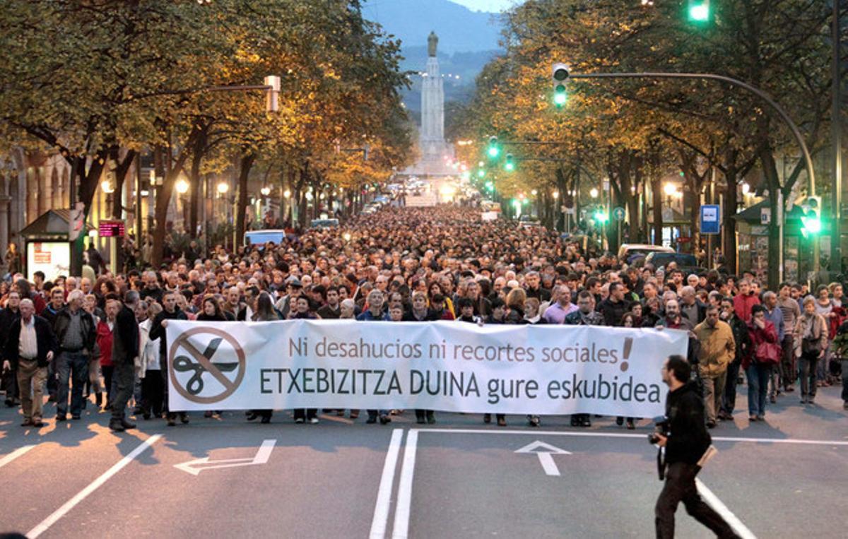 Manifestación, promovida por sindicatos y colectivos sociales en Bilbao, para protestar por los desahucios y los recortes sociales tras el suicidio de una mujer en Barakaldo y las medidas aprobadas por el Gobierno central.