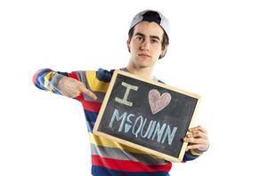 El actor Àlex Monner posa para la campaña de la cadena de tiendas McQuinn.