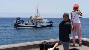 El buque Ángeles Alvariño en el momento de salir del puerto de Tenerife.