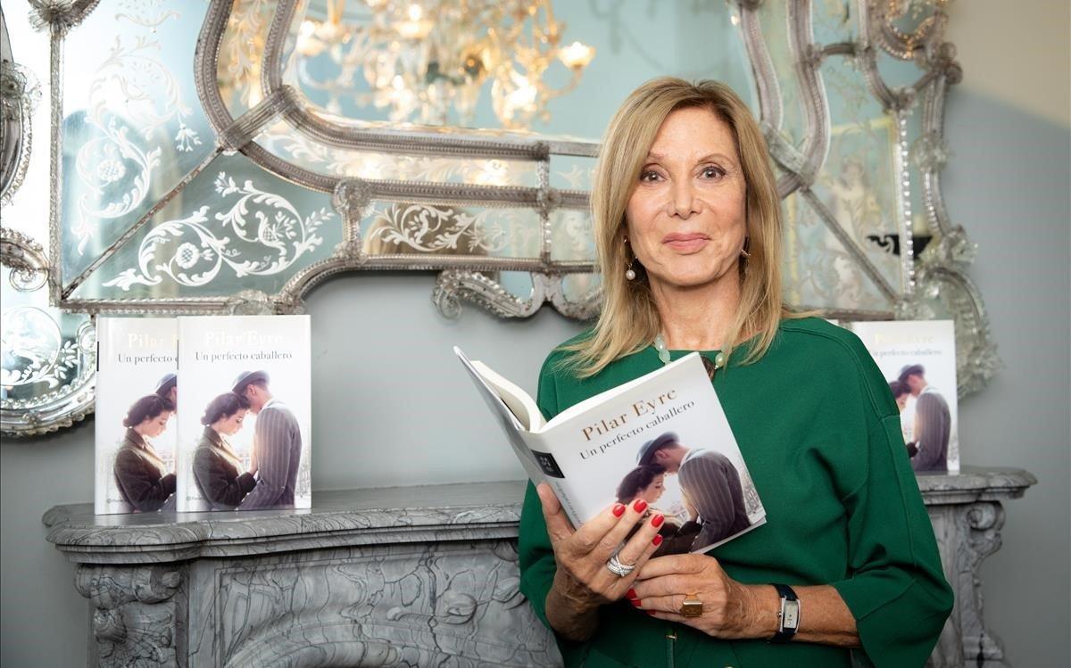 Pilar Eyre, con su libro, 'Un pefecto caballero', en uno de los salones del Círculo Ecuestre.
