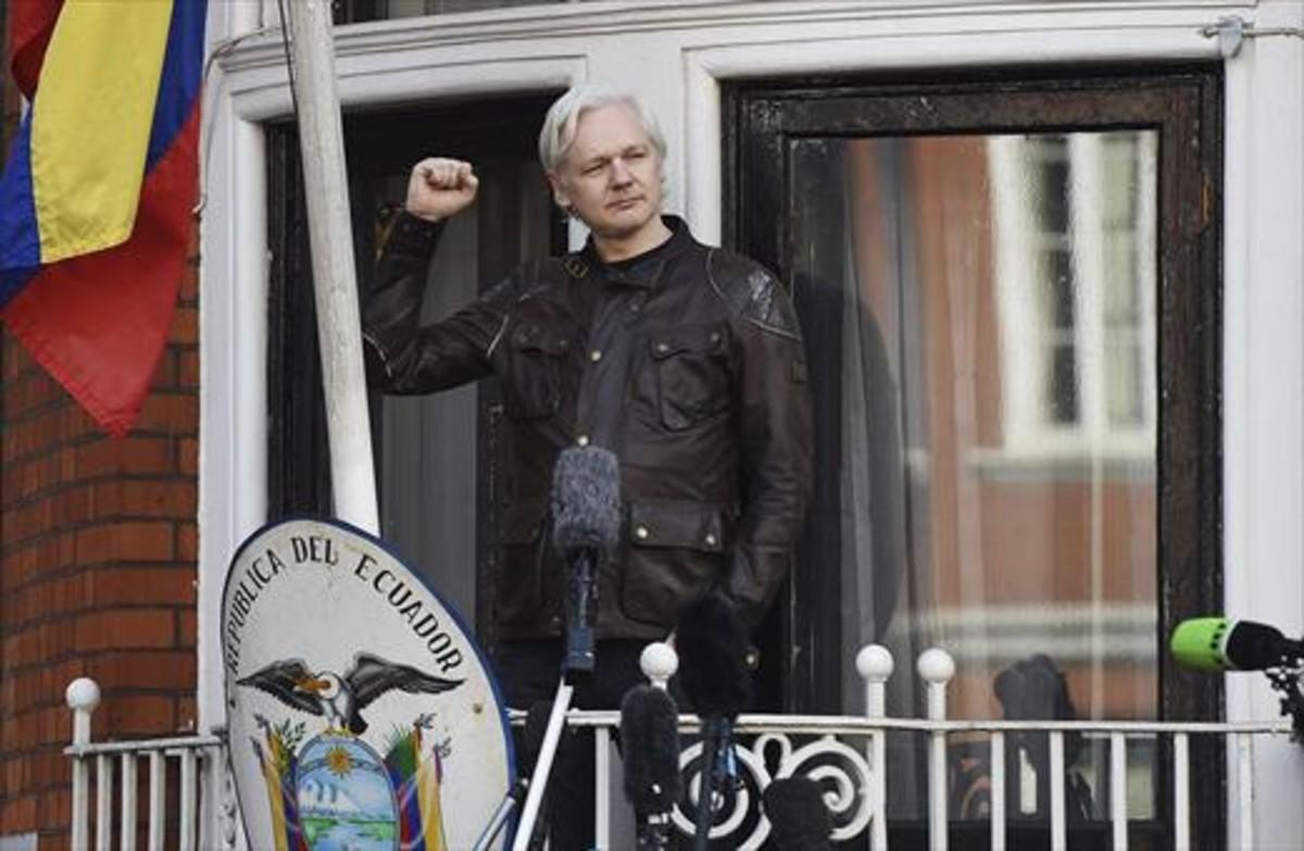 Assange en el balcón de la embajada de Ecuador en Londres.