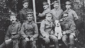 Hitler, el primero por la izquieda de la primera fila, en 1915.
