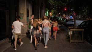Jóvenes en la calle en Barcelona, antes de entrar en una discoteca, el pasado 27 de junio.