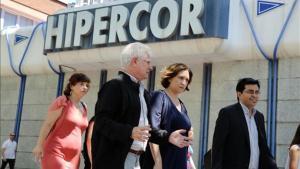 La alcaldesa Ada Colau, junto Gerardo Pisarelo, pasa por delante de Hipercor