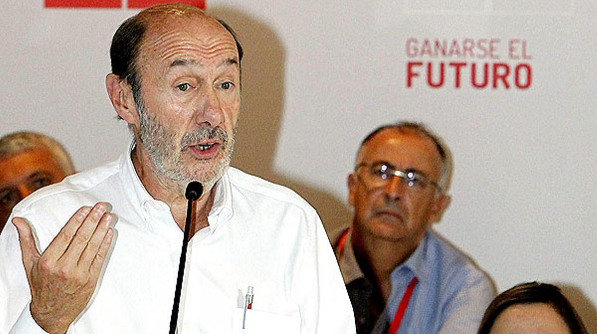 Alfredo Pérez Rubalcaba en el Comité Regional del PSOE de Canarias donde ha criticado los presupuestos aprobados por el Gobierno de Mariano Rajoy