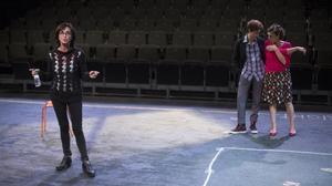 Sílvia Munt dirige a Marta Marco y Clara Segura en los ensayos de 'Les noies de Mossbank Road'.