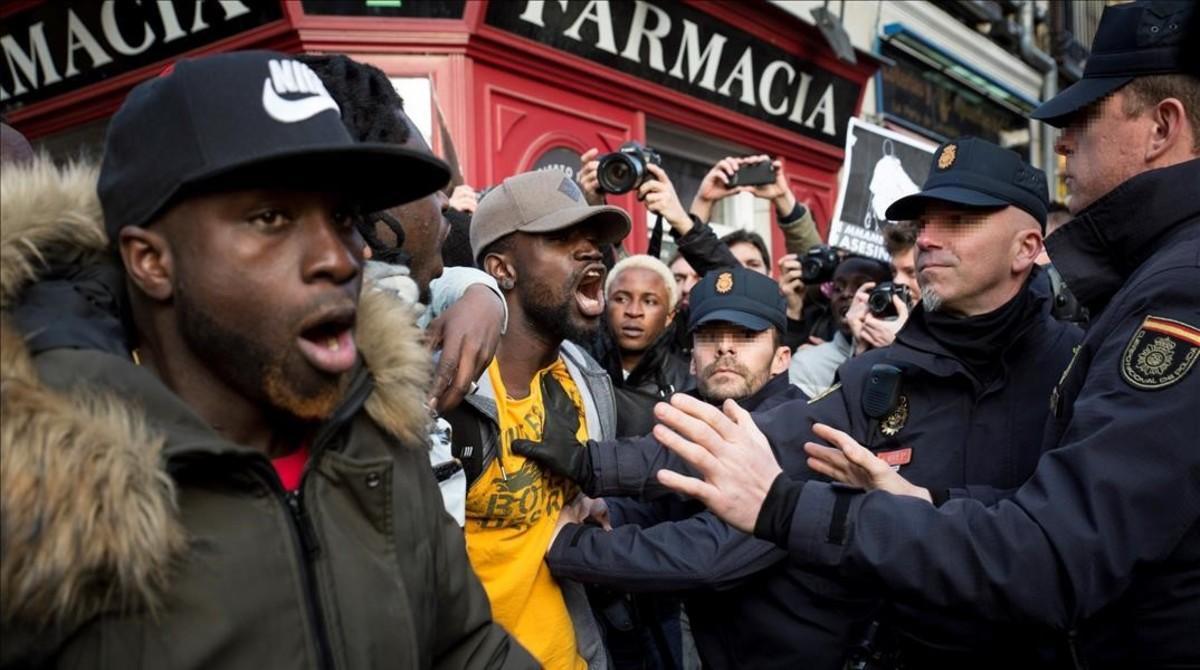 Manifestantes senegaleses y policías, este viernes durante la manifestación en Madrid.