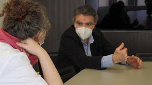 Rafa Vilasanjuan, reunido con la médica Natalia Rodriguez-Valero.